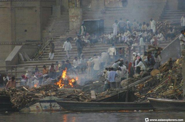 Kremasi di Sungai Gangga